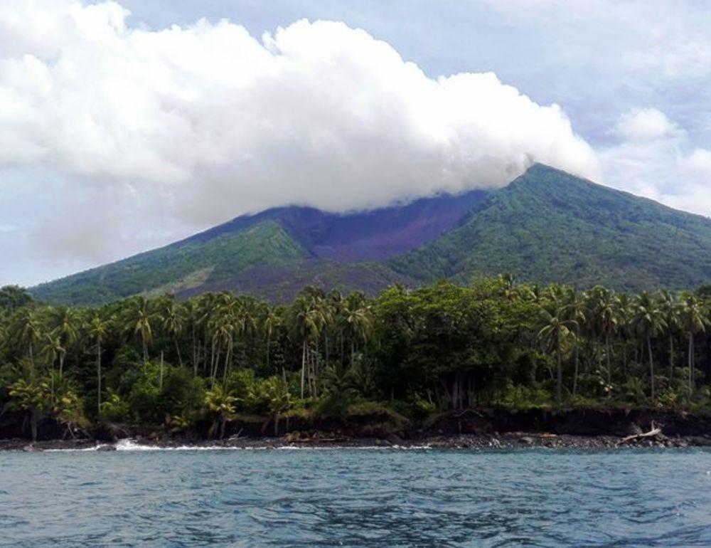 Manam volcano erupts Mother's Day
